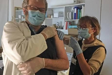Ø-læge Anders Fjendbo Jørgensen er blandt de anholtere, der allerede har fået vaccinen. Når der 4. maj kommer nye vacciner, forventes 77 af øens 124 beboere at være færdigvaccineret. Foto: Kirsten Nøhr