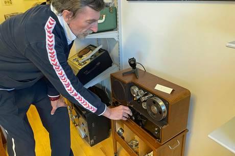 Kim Klastrup har næsten mistet stemmens brug, på grund af Parkinsons sygdom. Han liver i den grad op, når han viser sine Bang & Olufsen anlæg frem. Foto: Kian Johansen