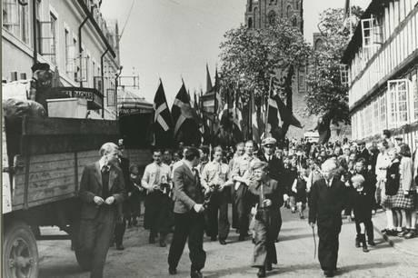 Glæden var stor dengang i maj 1945, hvor tyskere svingede det hvide flag og forlod Djursland. Stor er også glæden i april 2021, hvor Museum Østjylland igen kan slå dørene op efter nedlukningen. Alle er velkomne på museet, hvor du blandt andet kan se den populære særudstilling 'Under Krigen – Besættelsestiden på Djursland'. Foto: Grenaa Egnsarkiv