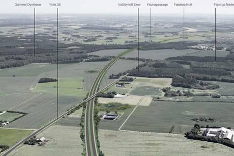 Linjeføring Nord ved krydsningen af rute 26. Motorvejen ligger i afgravning under den nuværende vej, der hæves på dæmning. Enkelte ejendomme får ændrede adgangsforhold. Visualiseringen er set mod nordøst.