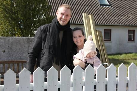 32-årige Mathias Friis Mortensen er flyttet tilbage til barndommens land i landsbyen Sundby, og det har inspireret hans islandske kæreste Anja Rún Thorarinsdóttir til at åbne et privat pasningstilbud