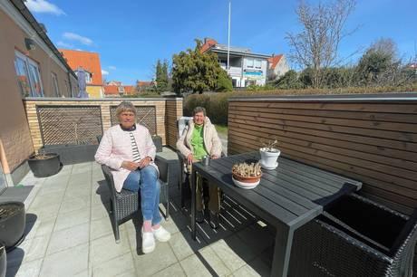 Inge Hansen og Lizzy Nielsen nyder solen på terrassen foran deres lejligheder hver dag. Det kan være slut, hvis naboen får lov at bygge op i 2½ etage. Foto: Kian Johansen