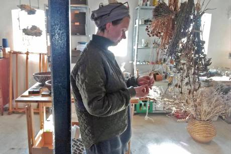 Natascha Gulager Holst har eget værksted i stalden på sit nedlagte landbrug, hvor hun blandt andet producerer hjemmelavet papir, sæber og indfarver genbrugstekstiler med plantefarver. Privatfoto