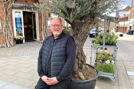 """Lars Simonsen, som ejer Hadsten Blomster, kalder det """"fantastisk storsindet"""" at Kvickly har valgt at donerer 100.000 kroner til handlen i byen. Foto: CSJ"""