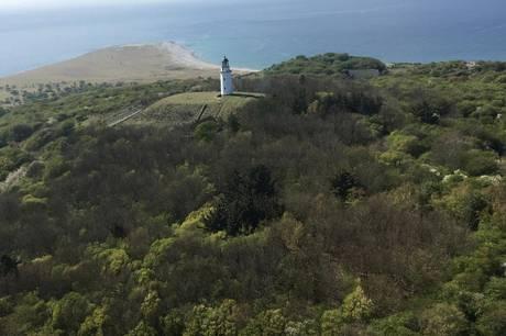 Hvem vil ikke gerne eje historisk fyrtårn? Nu er chancen der for at erhverve fyrtårnet på Hjelm. Foto: Freja Ejendomme