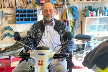 Der har været fuld gang i Jens Blochs garage i vintermånederne. Her har et par gutter repareret på et par el-scootere, så de er klar til Scooterbandens første tur 5. maj. Foto: Kian Johansen