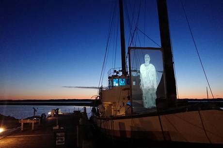 Den pensionerede minestryger Svartlöga lagde dæk til kunst i Ebeltoft Fregathavn