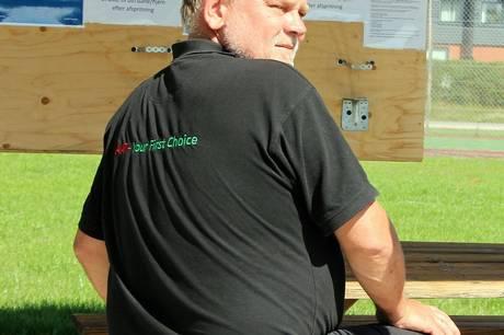 Klaus Allerman er tilbage - nu som byggeleder på opførelsen af den ny brandstation i Rønde, som han selv var med til at tage første spadestik til i september 2020. Nu er han ansat hos Murerfirmaet Rasmus Jakobsen A/S. Foto: Lars Norman Thomsen