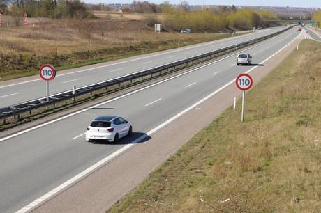 Tirsdag har Vejdirektoratet skiftet alle hastighedstavlerne på den 13 kilometer lange strækning.