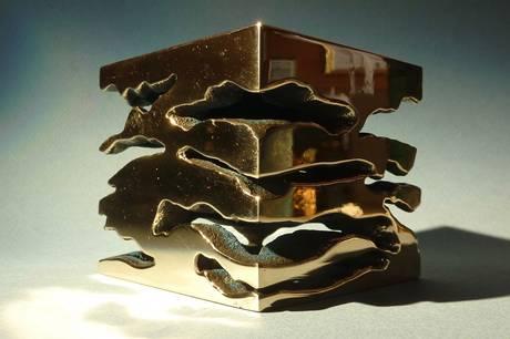 Skulptør Jan Damgaard udforsker bronze som metal i sin kunst.