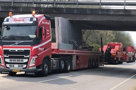 En lastbil med betonelementer kørte fast under bro på Stillingvej
