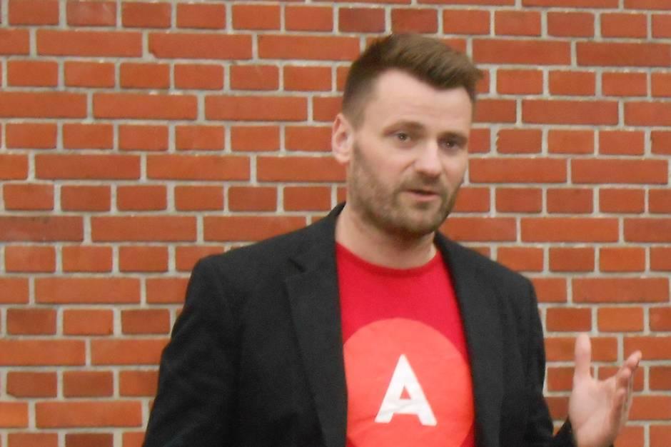 Syddjurs Kommunes jurist vurderede forud for det seneste Økonomiudvalgsmøde, at Socialdemokratiets gruppeformand Michael Stegger er inhabil og ikke kan være med til at tage stilling til, hvilke solcelleprojekter, der skal nyde fremme i Syddjurs Kommune.