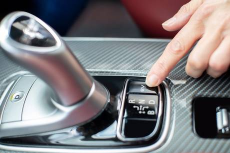 Plugin hybrider kombinerer det miljøvenlige med det praktiske, mens vi venter på elbiler, der kan køre længere på en opladning. Meget taler for, at teknologien giver mening – og ikke bare som overgangsfase.