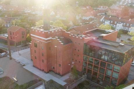 I mange årtier var den imponerende Maltfabrik i Ebeltoft kendt for sin ølproduktion. Nu er de historiske rammer transformeret til en publikumsmagnet for kulturelt og historisk interesserede gæster. 165.000 turister og lokale kiggede i 2020 indenfor på Museum Østjyllands afdeling i Ebeltoft. Foto: Museum Østjylland