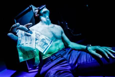 Der er ikke sparet på hverken visuelle effekter eller 3D-lyd, når Teater Katapult genåbner med egenproduktionen 'Insideren' 6. maj. Alene på scenen står skuespiller Christoffer Hvidberg Rønje i en krævende rolle, der har gjort ham klogere på både samfundet og sig selv.