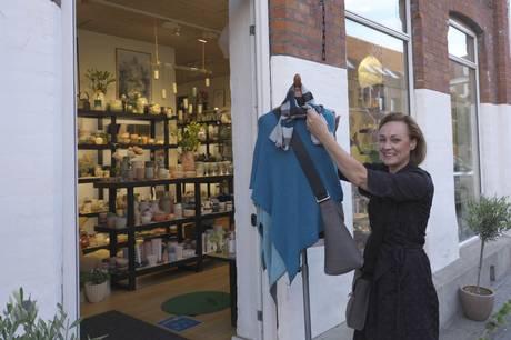Tekstildesigner Helene Vonsild, der indtil fornylig boede på Hedeskov gamle skole, hvorfra hendes familie har drevet Vonsild Træindustri, fejrer jubilæum i egen butik