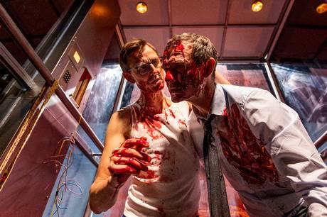 Teatret Svalegangen genåbner 6. maj med 'Ondskabens Ansigt'. En satire om kapitalismens mange ansigter og om to erhvervsmænd fanget i en elevator i et døgn.