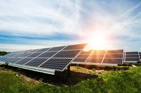 Læs her, hvorfor Udvalget for plan, udvikling og kultur i enighed anbefaler, at solpanel-projekterne ved Mesballe og herregården Høegholm tæt på kommunegrænsen til Norddjurs bliver de første, der skal igennem møllen med en lokalplan.