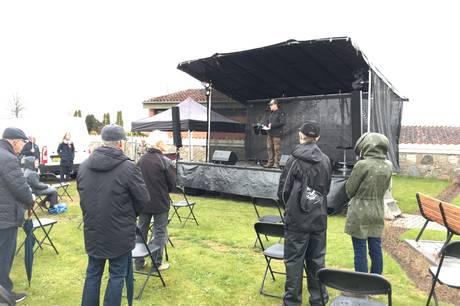 50 borgere var 4. maj samlet i silende regn for at mindes Hornsletgruppen ved Mindesmærket i Hornslet