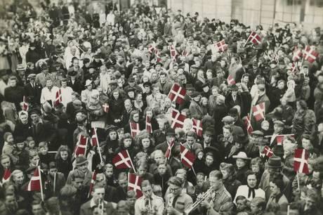 Jublen var enorm på Djursland og i resten af Danmark, da den tyske besættelse af landet endelig sluttede den 4. maj 1945. Oplev de kommende måneder, hvordan djurslændingene levede under krigen i den velbesøgte særudstilling Under Krigen i Grenaa, der skildrer både modstandskamp, hverdagsliv og befrielses-eufori. Foto: Grenaa Egnsarkiv