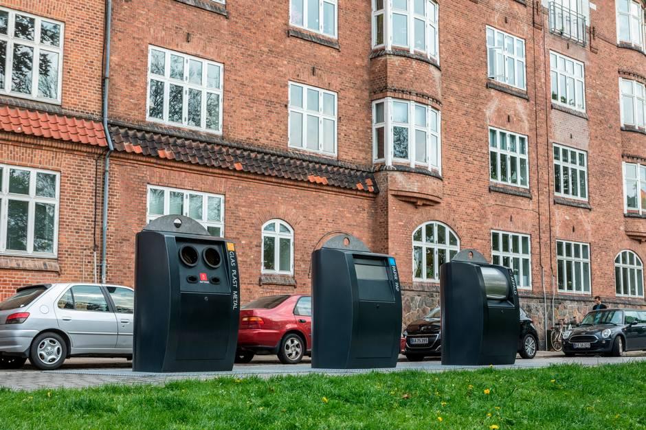 Hver dag er AffaldVarme Aarhus' servicebil forbi alle 1.200 nedgravede beholdere, for at se om de er fyldte, om de fungerer eller om der står skrald.