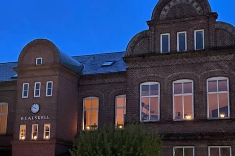 Skanderborg Realskole har genoptaget en gammel tradition med at sætte lys i vinduerne hvert år 4. maj.