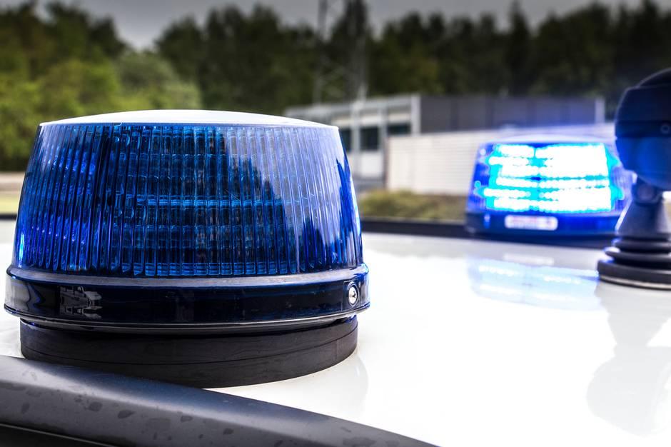 Politiet anholdt natten til lørdag en 23-årig mandlig bilist efter en biljagt, der endte på en mark i Favrskov.
