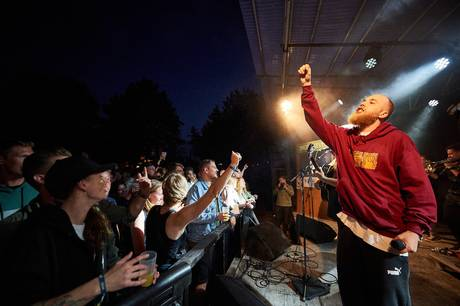 Bogfinkevej er nærmest fast inventar til GrimFest, hvor de skabte en fest af dimensioner i 2019. Sidste år optrådte den aarhusianske rap-trio til De Grimmeste Aftner, og det gør de igen i år - 23. juli. Foto: Peter L. Nielsen