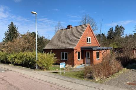 150.000 kroner er udbudsprisen på denne villa i den nordjyske stationsby Tolne. Foto: Calundan Frederikshavn