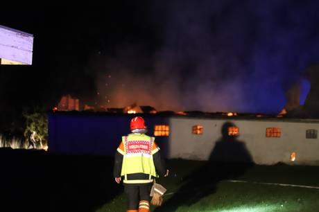Brandmænd kæmpede hele natten med at slukke voldsom brand i en tilbygning ved landejendom i nordjyske Sæby. Foto. Presse-fotos.dk