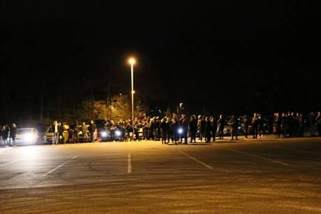 En stor gruppe personer var natten til søndag forsamlet på parkeringsplads, hvor der ifølge en politianmeldelse blev kørt gaderæs. Foto: Øxenholt Foto