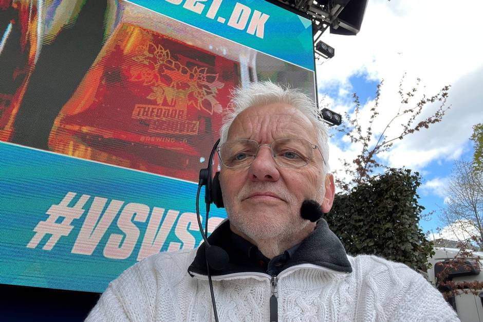 Poul-Erik Jensen var fuldt koncentreret om sin musikopgave på Plænen i Tivoli, mens der blev smagt øl i de danske hjem.