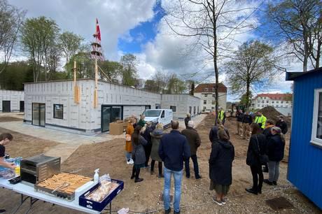 Den officielle rejsegildekrans fik en lille krans sat op ved siden af. En hilsen fra børnene på Eskebækparken, som flytter hertil i september. Foto: Michael Wulff