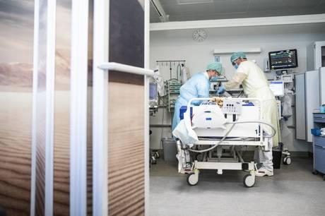 Senfølgeklinikker melder om mange ugers ventetid på at blive tilset. Flere er sygemeldte fra job.
