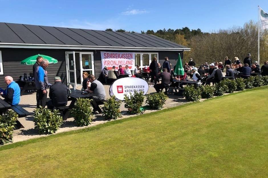 Alle spillerne samledes på Ebeltoft Golf Clubs terrasse til hygge og præmieoverrækkelser efter turneringen