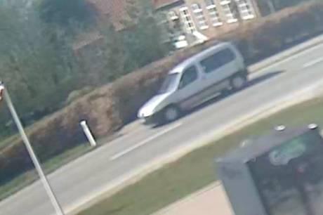 Midt- og Vestjyllands Politi ønsker at få identificeret føreren af en sølvgrå bil af ældre årgang. Vedkommende kan være vigtigt vidne i sag om vanvidskørsel.