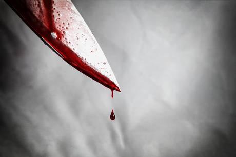 Kvinde anholdt for at stikke søn i armen med kniv.