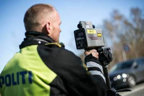 En enkelt færdselsbetjent fra Østjyllands Politi beslaglagde mandag aften fire køretøjer på grund af vanvidskørsel.