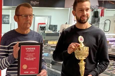 Jens Lohmann t.v. kunne sammen med uddeler Andreas Bach glæde sig over kåringen som Årets Butik i Coop-koncernen. Pressebillede