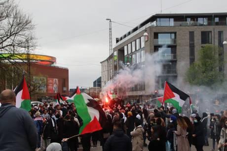 30-40 vrede personer var samlet i Gellerup, da politiet ankom