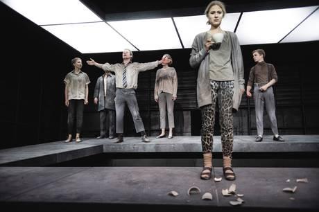 Med 100 Sange har Aarhus Teater danmarkspremiere på et anmelderrost stykke om øjeblikkets tilfældighed og terrorens ofre.