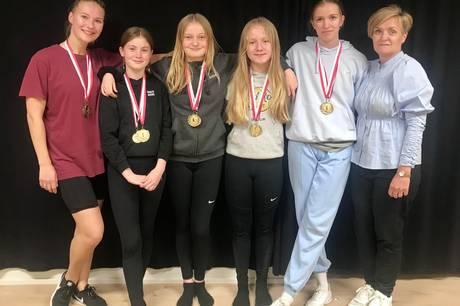 Efter en udfordrende sæson var der guld til fire piger fra Hadsten.