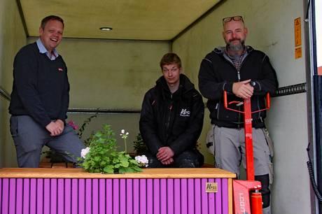 Et spændende samarbejde mellem PGU Rosenholm og handelslivet i Rønde har resulteret i, at førstnævnte har produceret 11 plantekasser med tilhørende bænk, som nu er opstillet udenfor udvalgte butikker