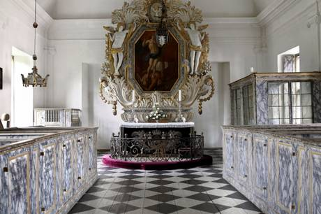 Lokal sognepræst, præstekadetter og konfirmander tager del i TV-gudstjenester fra Clausholm Slot