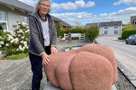 82-årige Jessie Husum er frem til 6. juni udstillingsaktuel i Kulturhuset i Skanderborg, hvor hun er en del af en udstilling med i alt fire kunstnere. Kunstværket på billedet har Jessie Husum, der er uddannet billedhugger, frembragt af en sten fundet ved Vestermølle i Skanderborg. Foto: Sonne