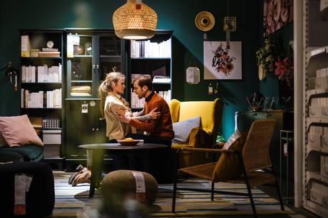 Scenen er sat i Ikeas stuer og samtalekøkkener, når kærligheden i form af scener fra kendte klassikere udfolder sig efter klokken 21.