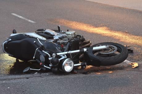 Natten til torsdag er en Yamaha-motorcykel stjålet og blevet forladt efter at være forulykket på Banegårdsvej i Skanderborg.