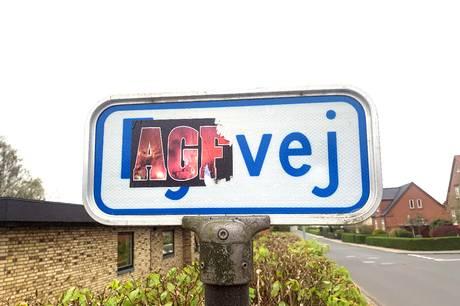 Klistermærker i hobetal er dukket op overalt i Hammel. Kommunen arbejder på at få dem fjernet.