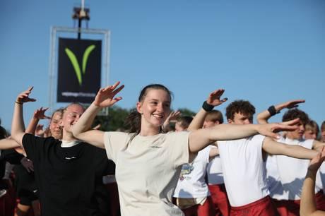 Trapetspring, dans og glade gymnaster på fregatten Jylland
