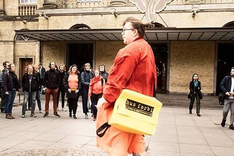 'Jeg er her!' spillede oprindeligt i sensommeren 2019 og er inspireret af byens Poverty Walks. Præmissen er, at fem hjemløse gennem deres personlige fortællinger viser lytteren, hvordan Aarhus også kan se ud. Fortællingerne fletter sig ind og ud af hinanden og brænder tilsammen igennem som en historie om byens mange forskellige skæbner. Prfoto